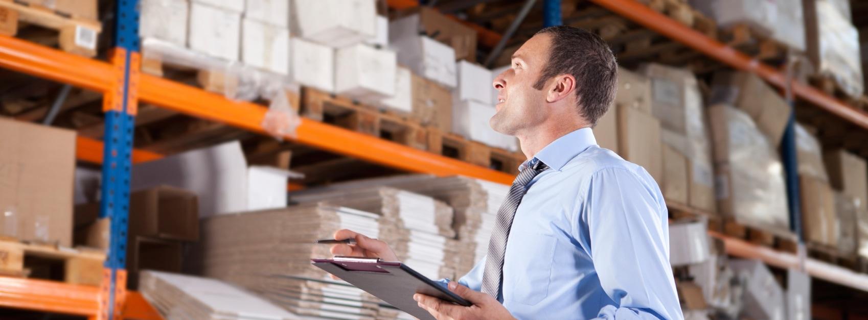 Prozessmanagement für Handel und Logistik - Mann zählt Bestand im Lager