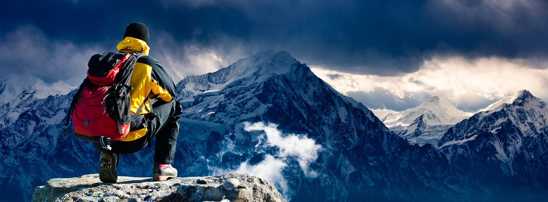 BPM für Compliance- und Risikomanagment - Mann auf Berggipfel