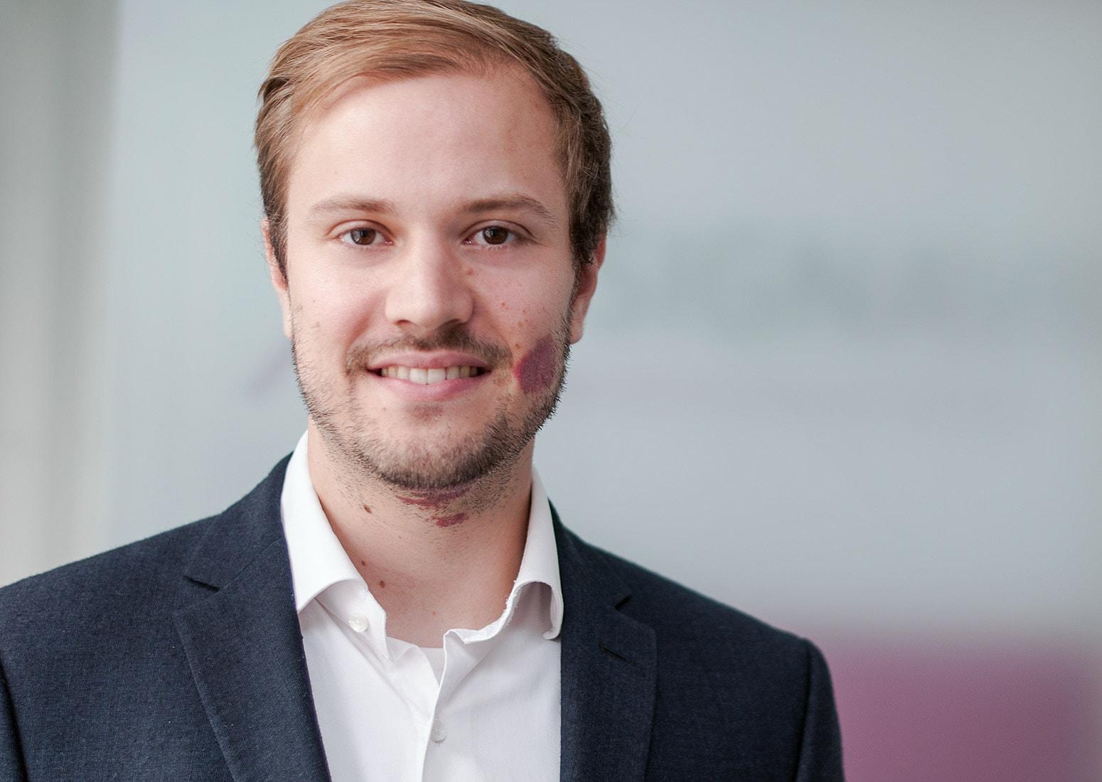 Portrait image of Dr. Gero Decker