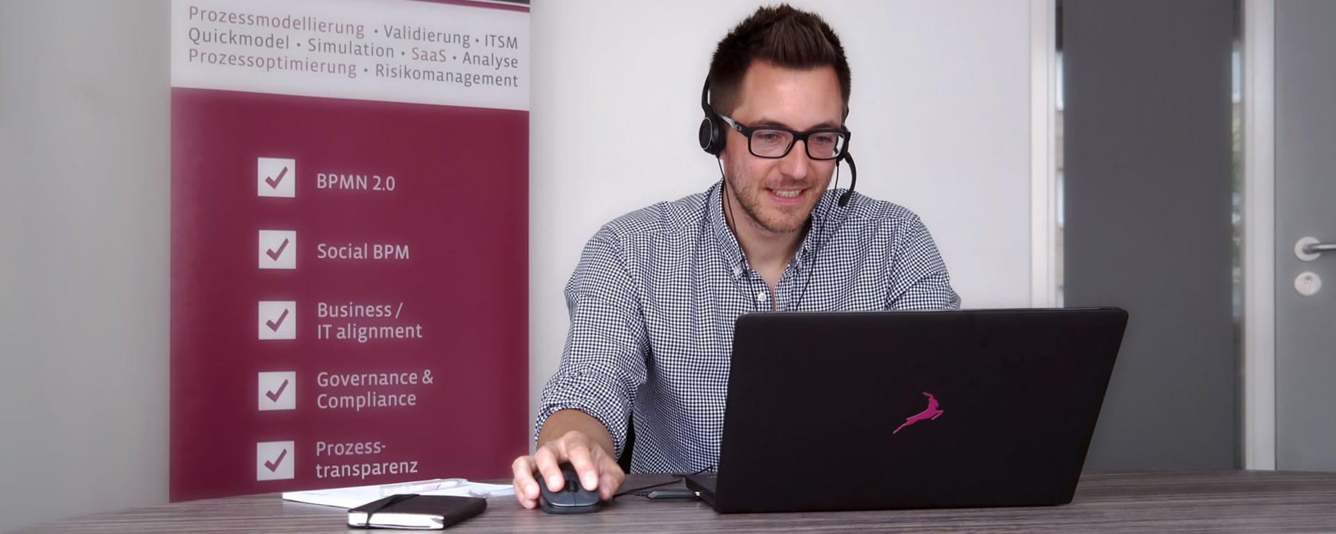 Erfahrener Webinar Referent vor Computer