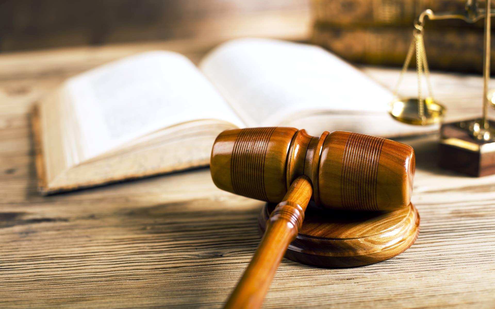 Operative Compliance - Abbildung Hammer, Waage und Gesetzbuch