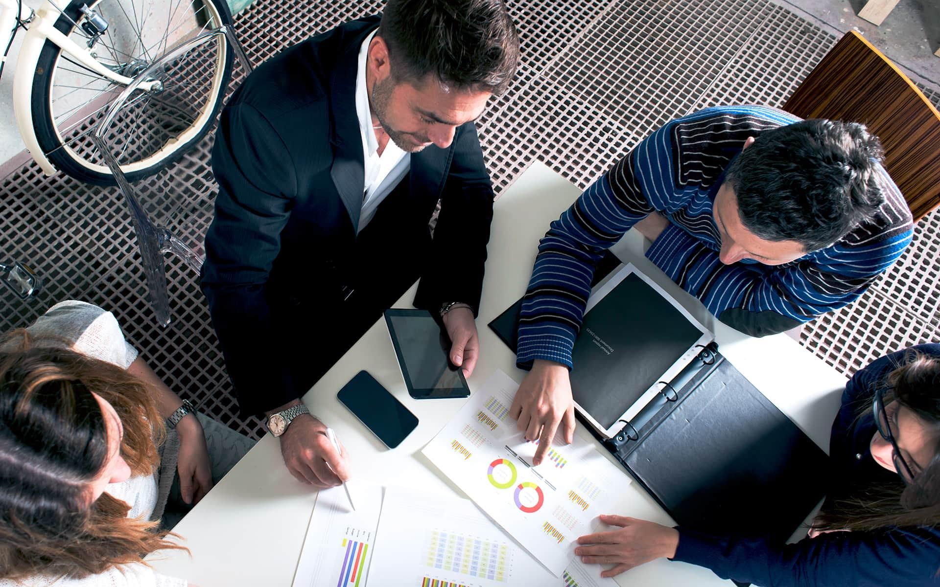 Dokument vom Prozessmodell wird den Kollegen vermittelt