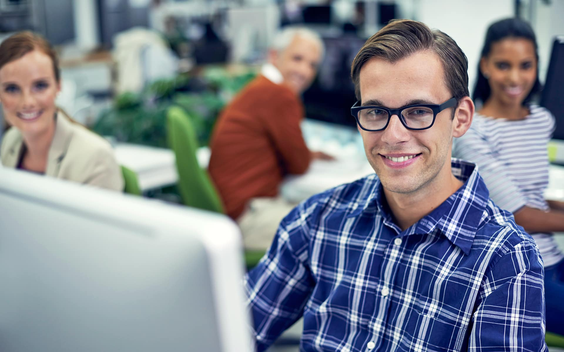 Process Oriented Implementation of SAP projects - Young man in front of a computer