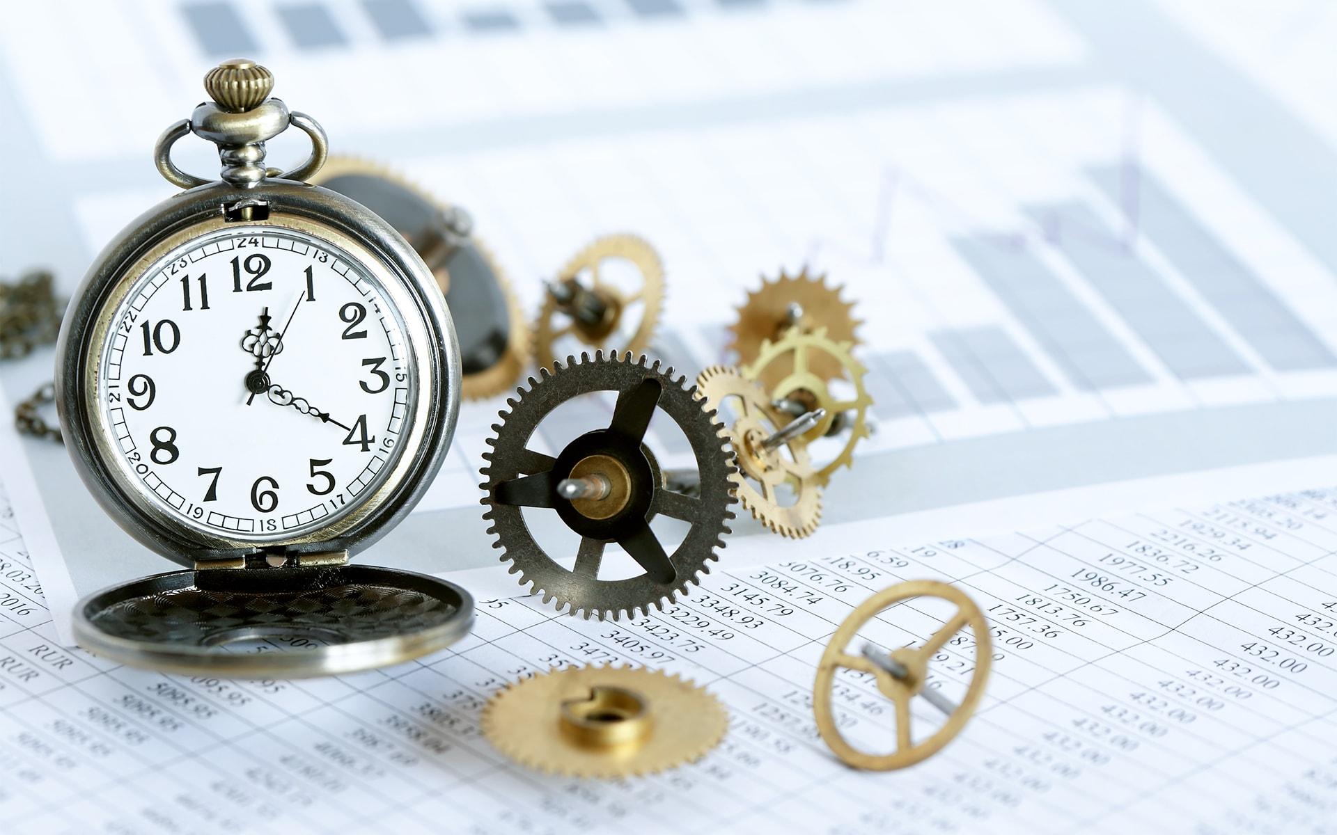 Zeit für Workflow-Management - Uhr auf einem Tabellenblatt