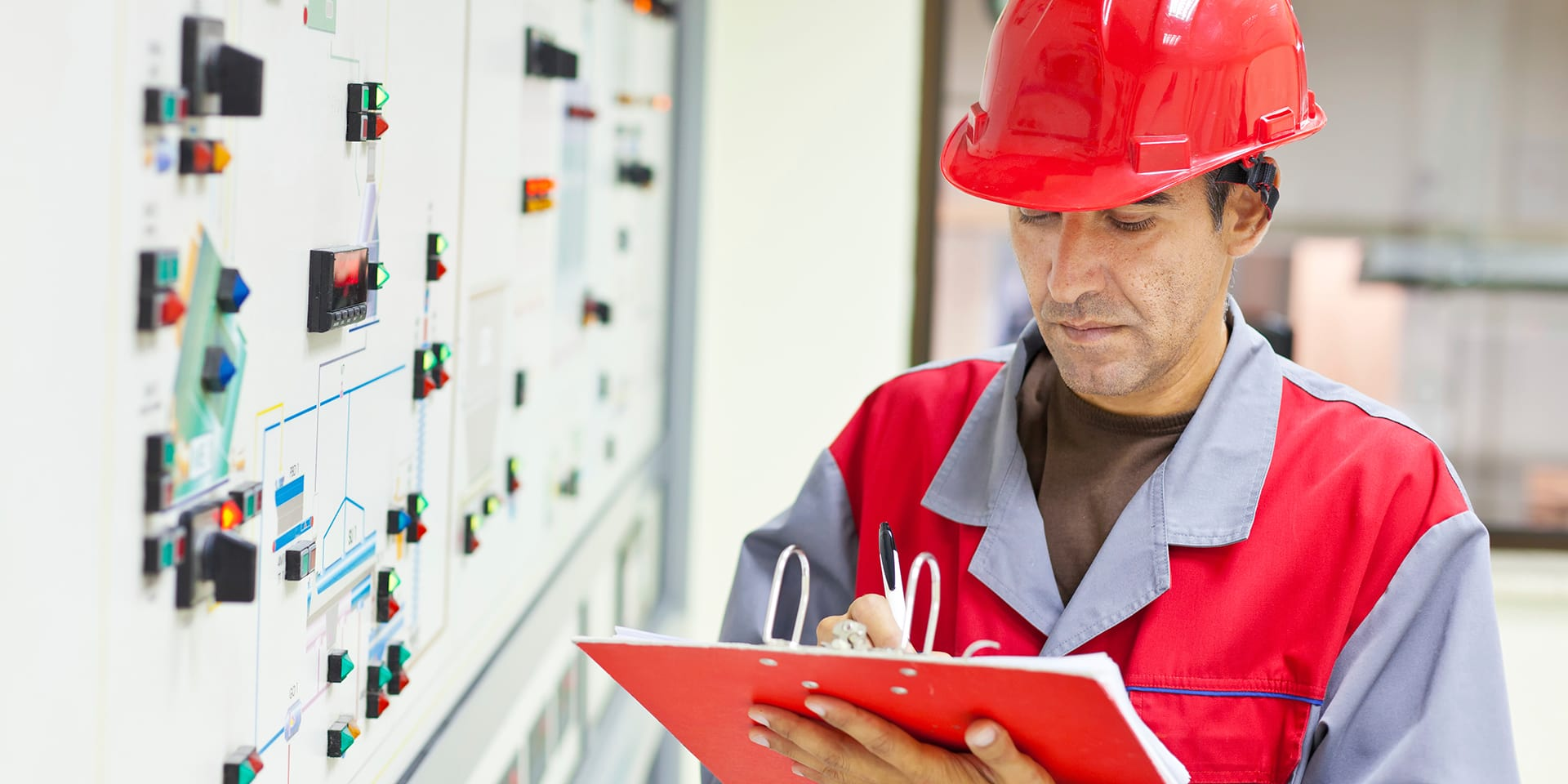 automatic scheduling internal controls - worker writes down some controlling notes