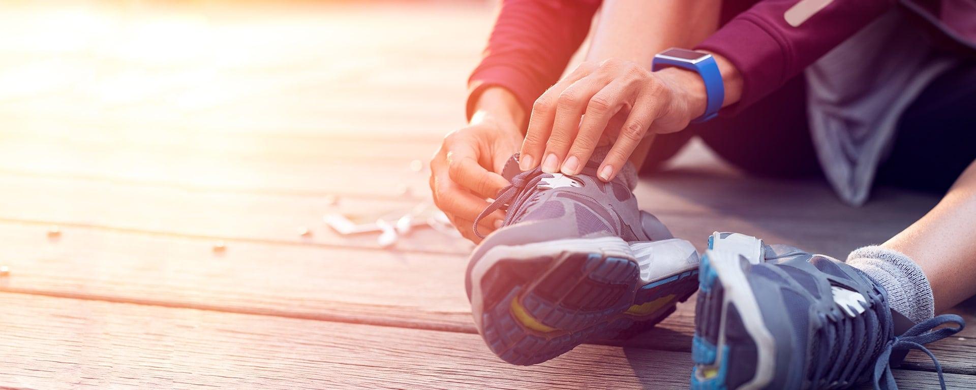 Gesunde Prozesse- Läufer schnürt sich Schuhe zu