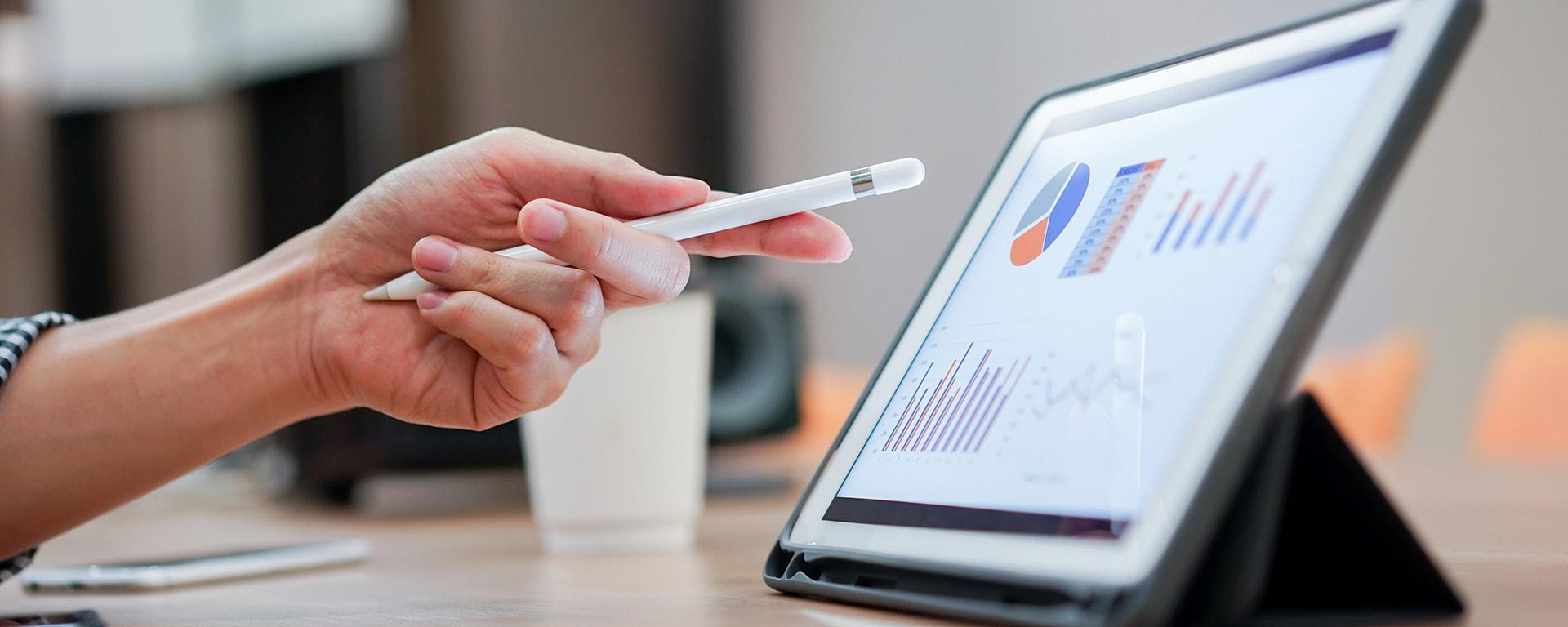 BPM für den Mittelstand - TMG-Studie-Tablet mit Tortendiagrammen
